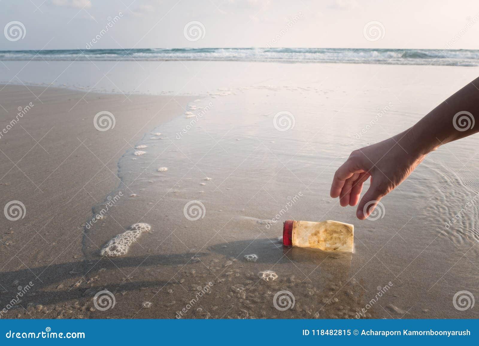 La main d une femme prend une bouteille en plastique pour nettoyer