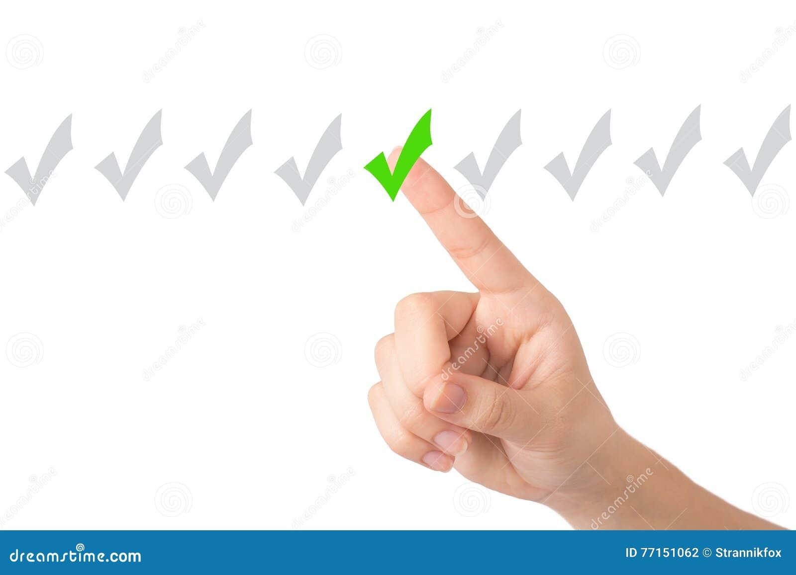La main d une jeune fille indique un connecter un fond clair