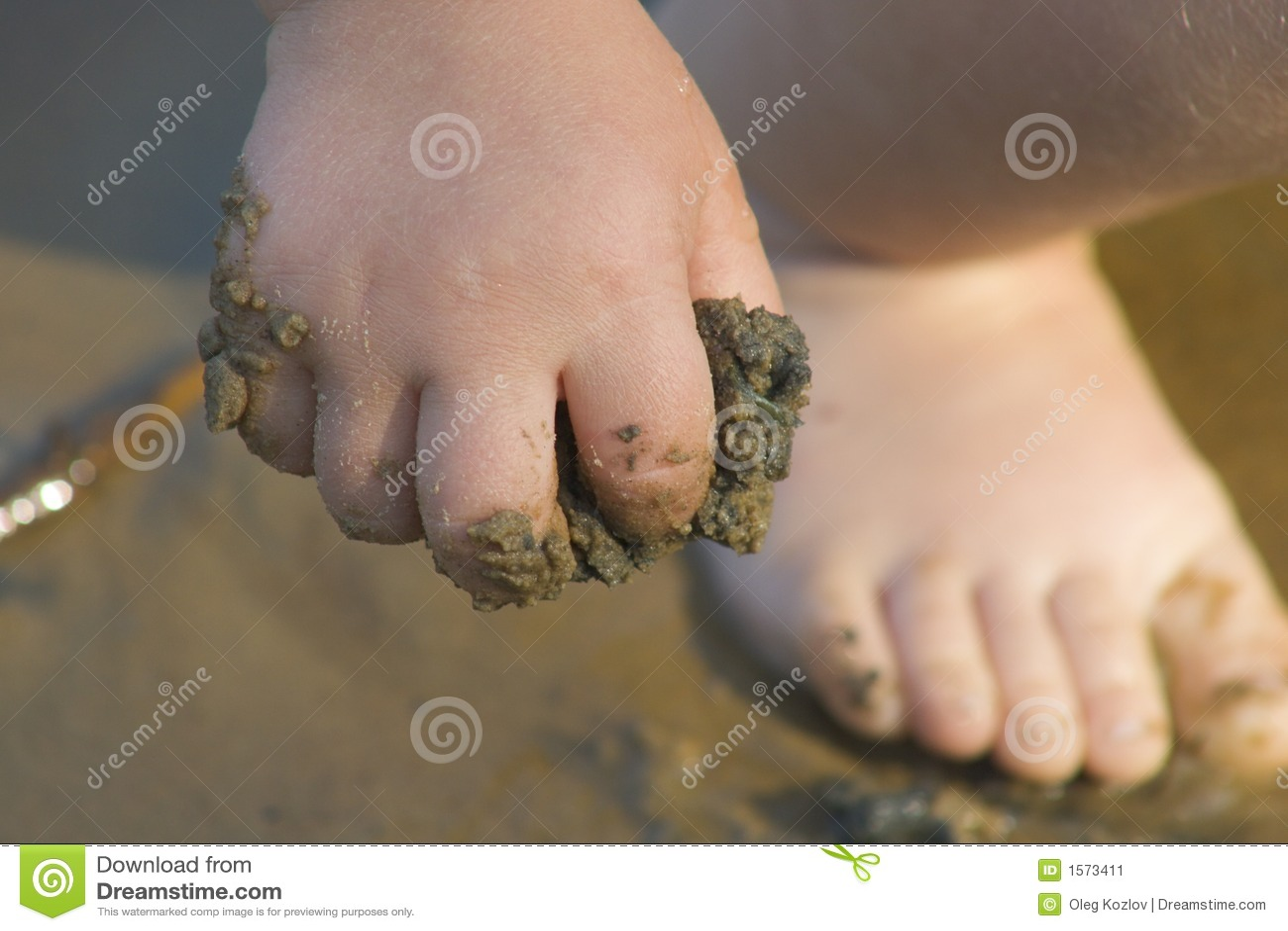 La main de l enfant avec le sable
