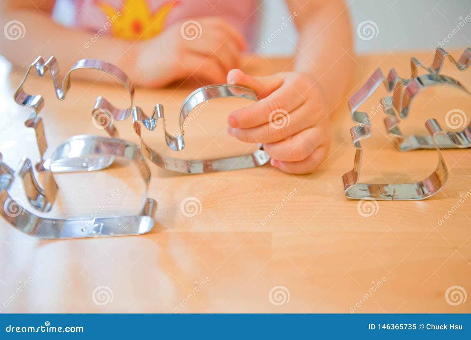 La main de l enfant tenant un moule apprend à faire un gâteau