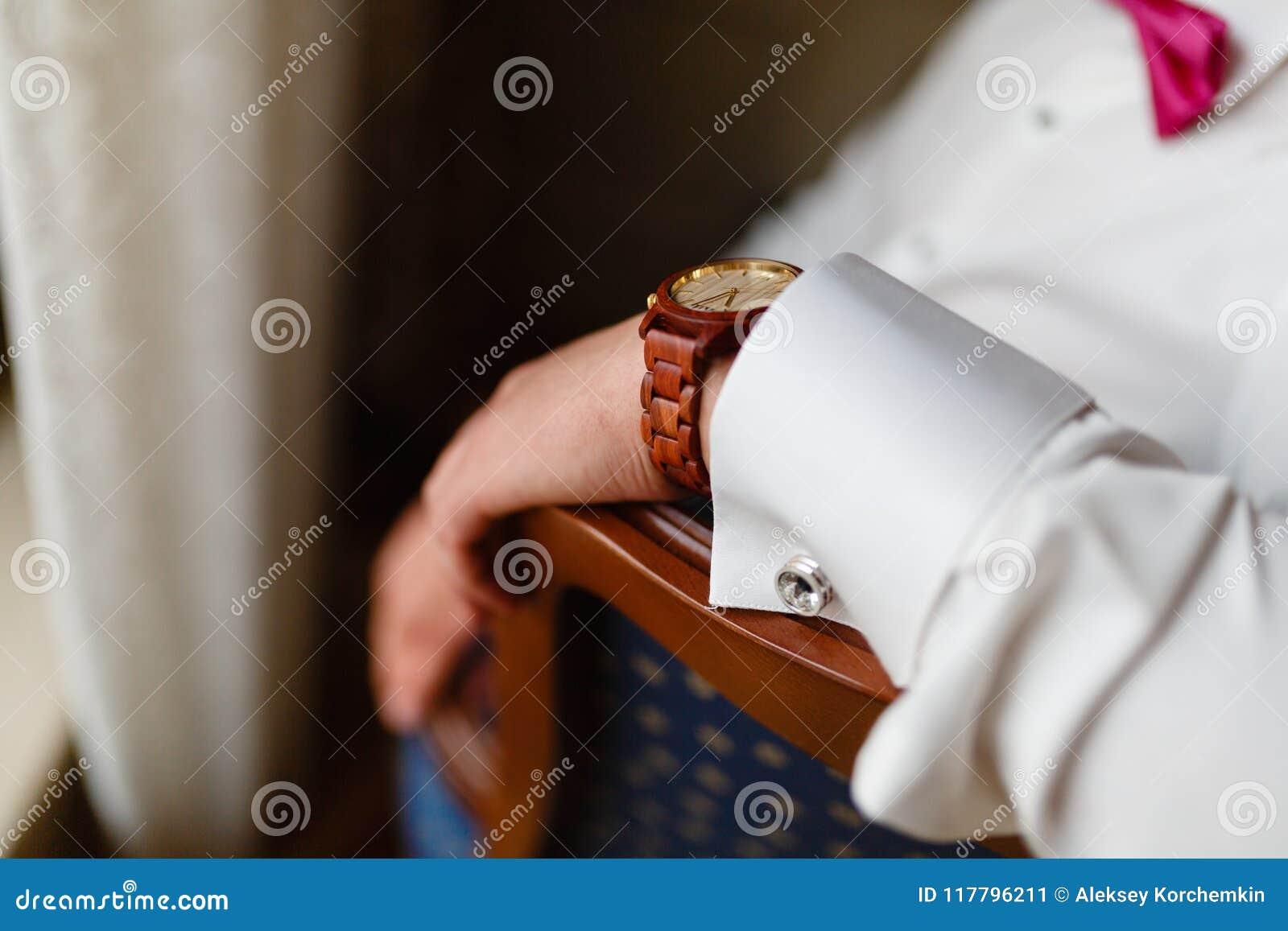 La main de l homme avec le plan rapproché élégant cher d horloge Jeune homme d affaires réussi dans une chemise blanche et une mo