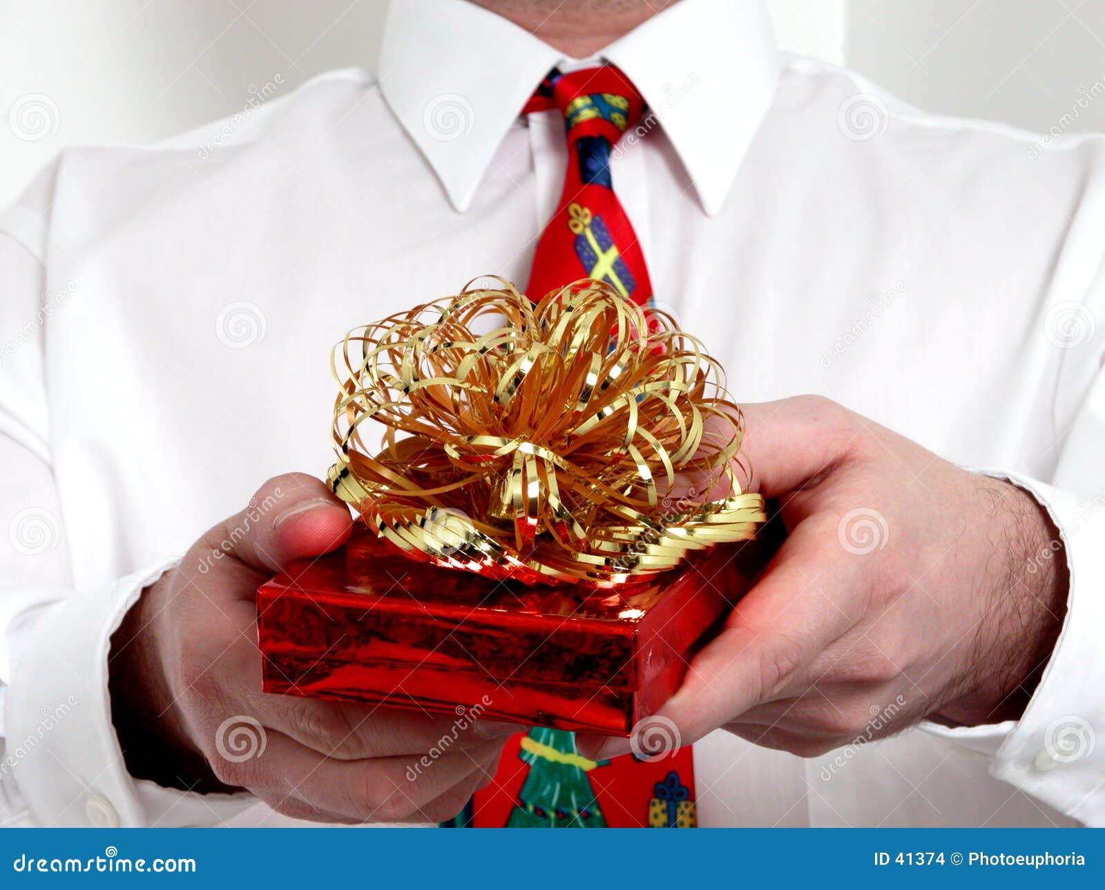 La main de l homme donnant un cadeau de Noël