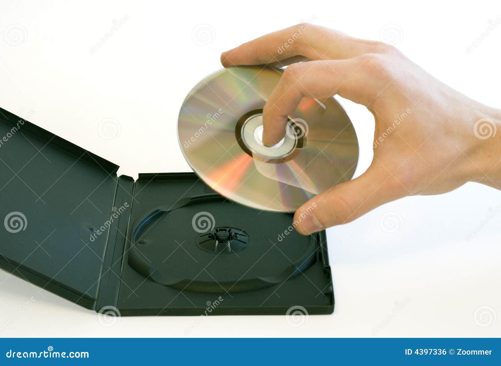La main de l homme jugeant un disque compact pris d un cadre