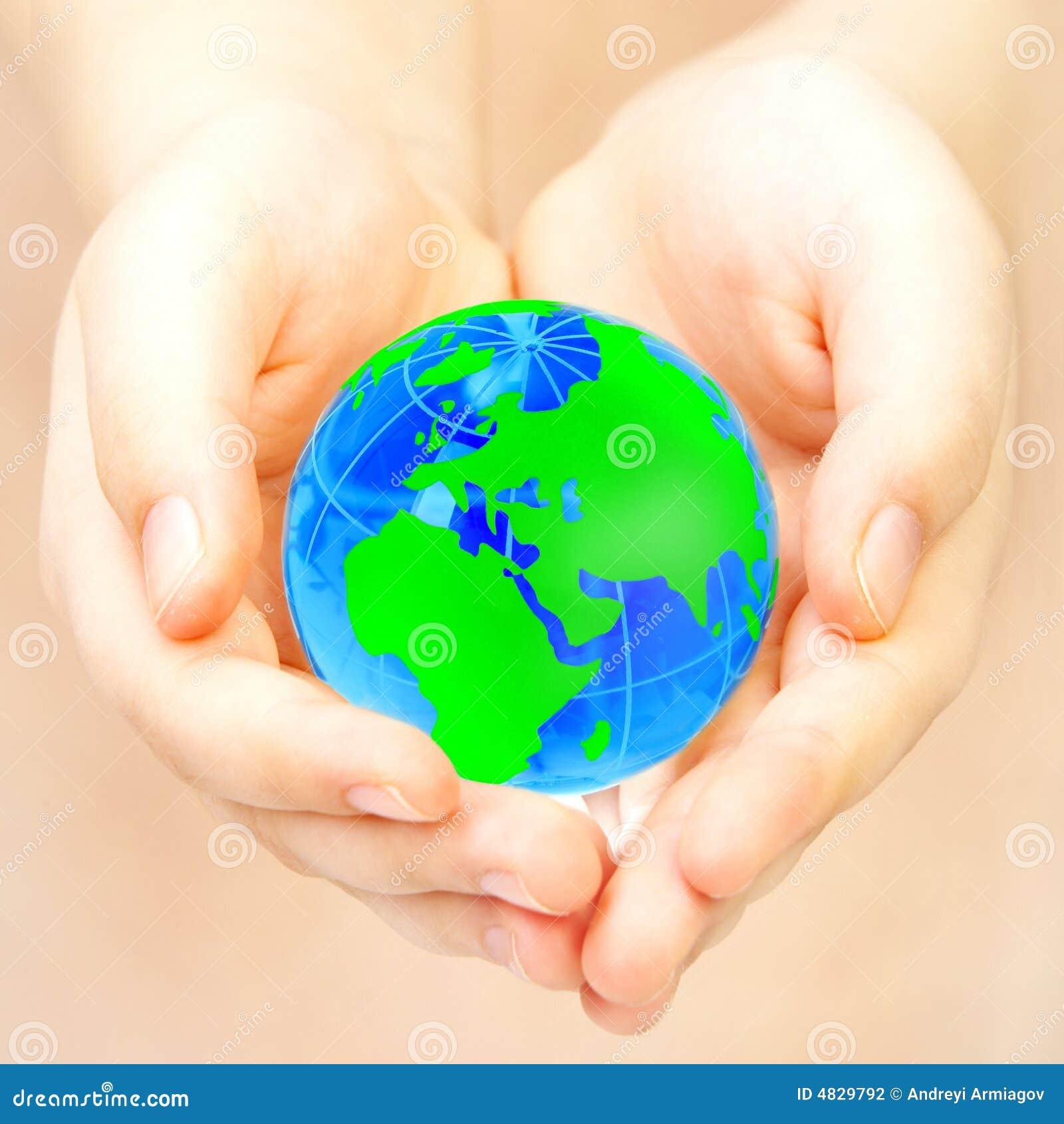 La main de la personne retient le globe