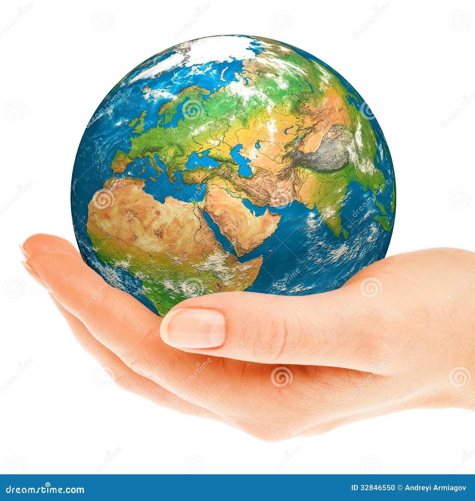 La main de la personne tient le globe.