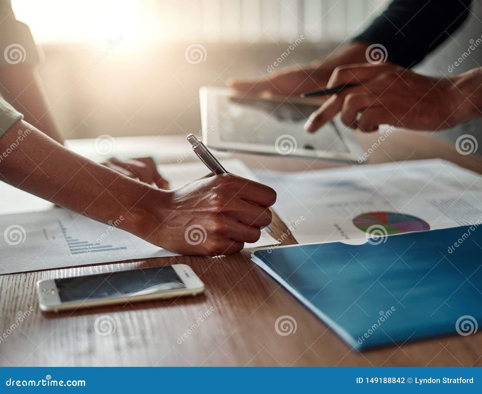 La main des hommes d affaires analysant le graphique dans le bureau