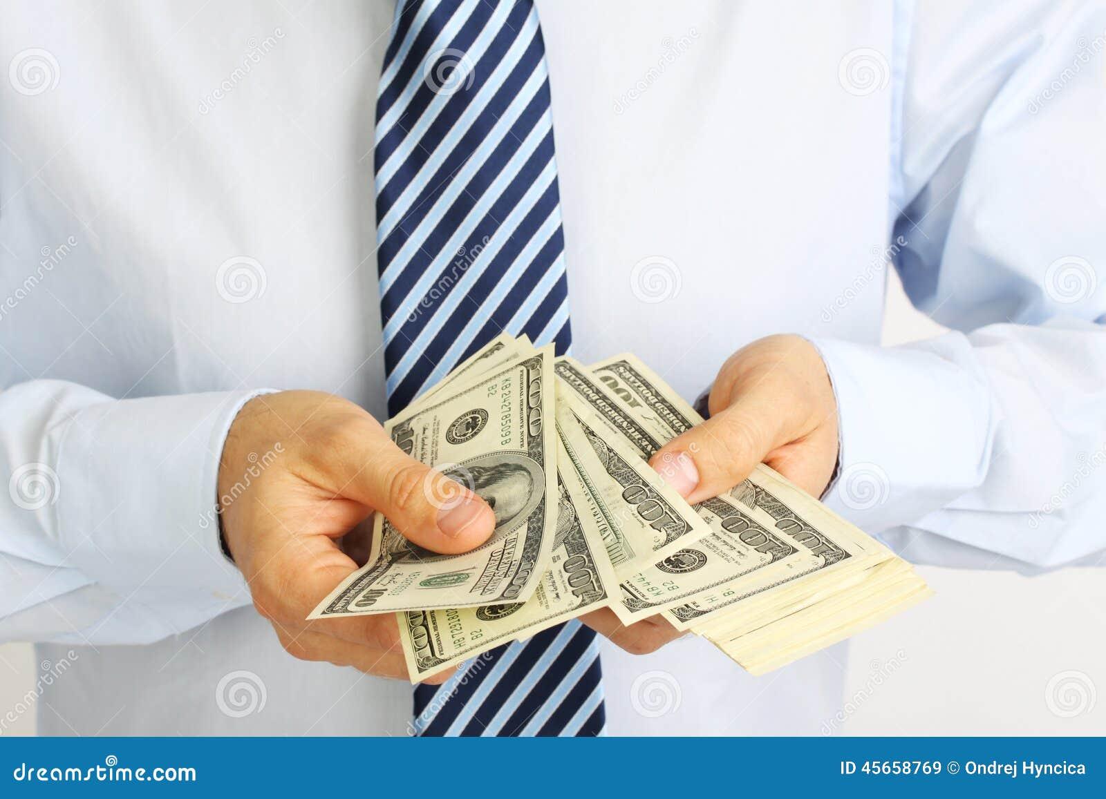 La main des hommes tenant l Américain d argent cent billets d un dollar Main d argent de offre d homme d affaires Homme d affaire