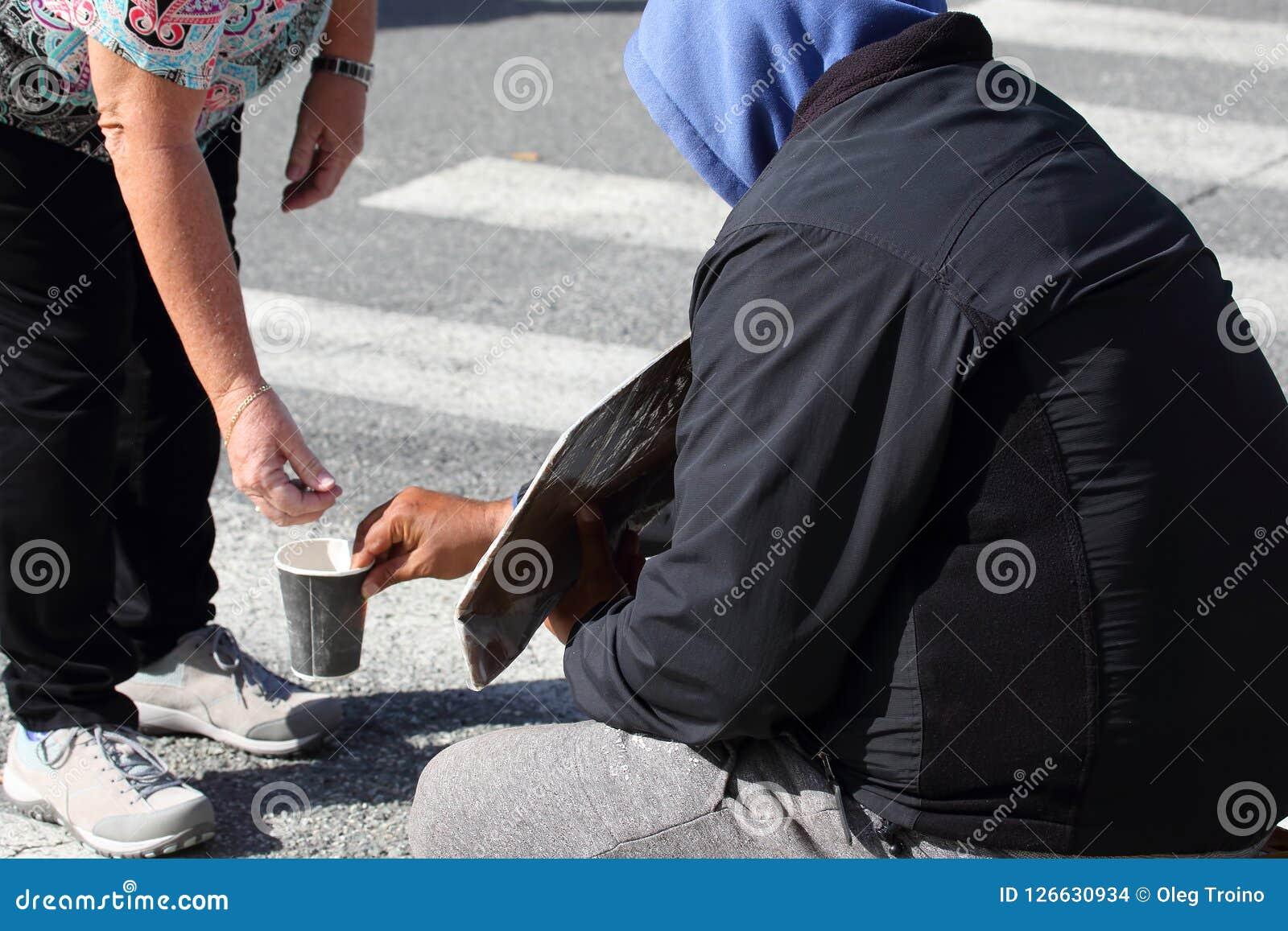 La main du ` s d homme donne l aumône au pauvre homme