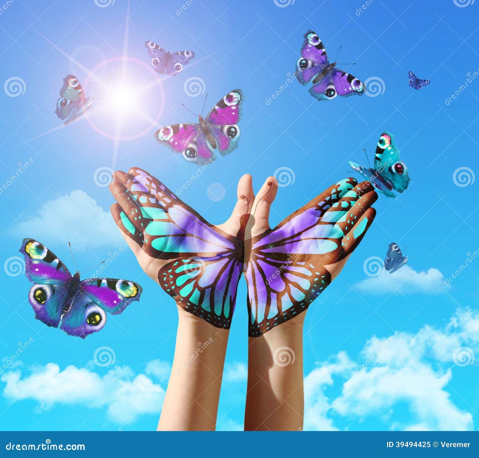 la main et le papillon remettent la peinture tatouage au dessus d 39 un ciel bleu illustration. Black Bedroom Furniture Sets. Home Design Ideas