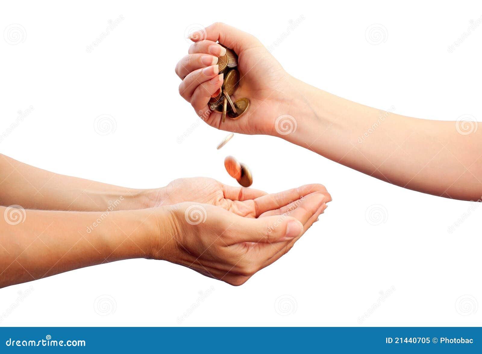 La main femelle pleuvoir à torrents en bas des pièces de monnaie dans des mains des autres