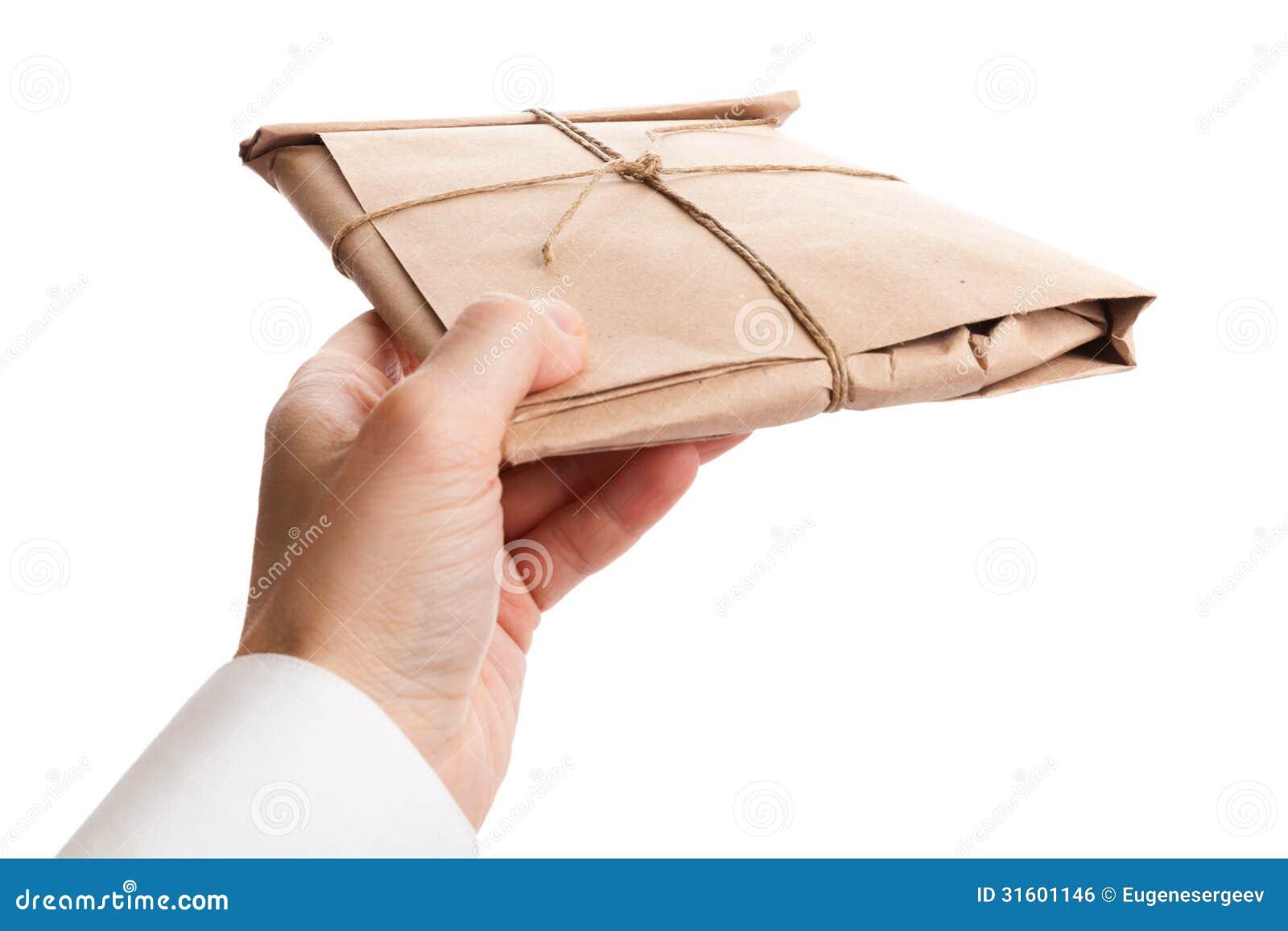 La main masculine livre la pleine enveloppe