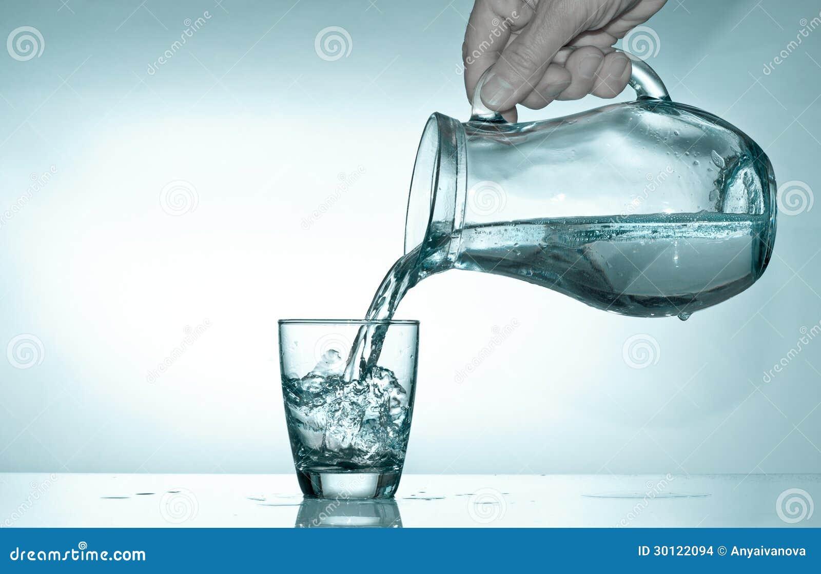 Remplir verre partir d 39 un broc avec de l 39 eau images stock image 30122094 - Un broc d eau ...