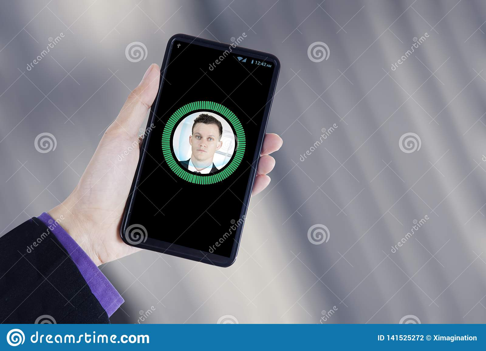 La main tient un smartphone avec l identification de visage