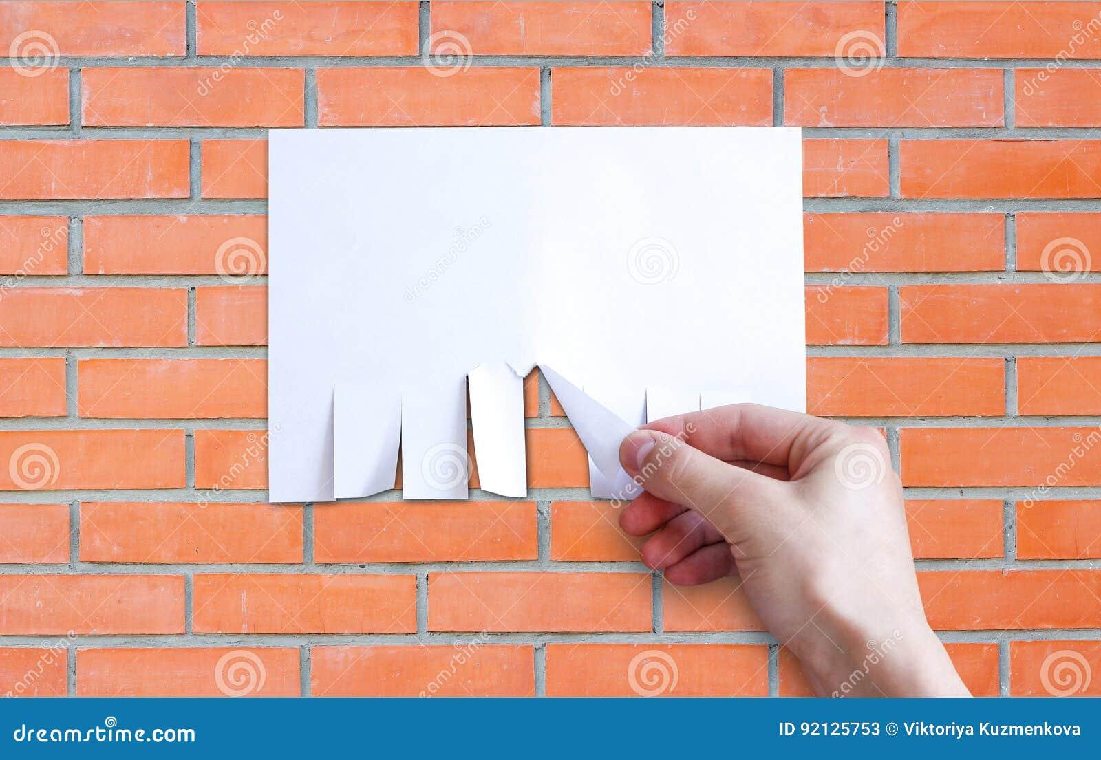 La main tire un morceau de papier Isolat de papier vide de feuilles d annonce
