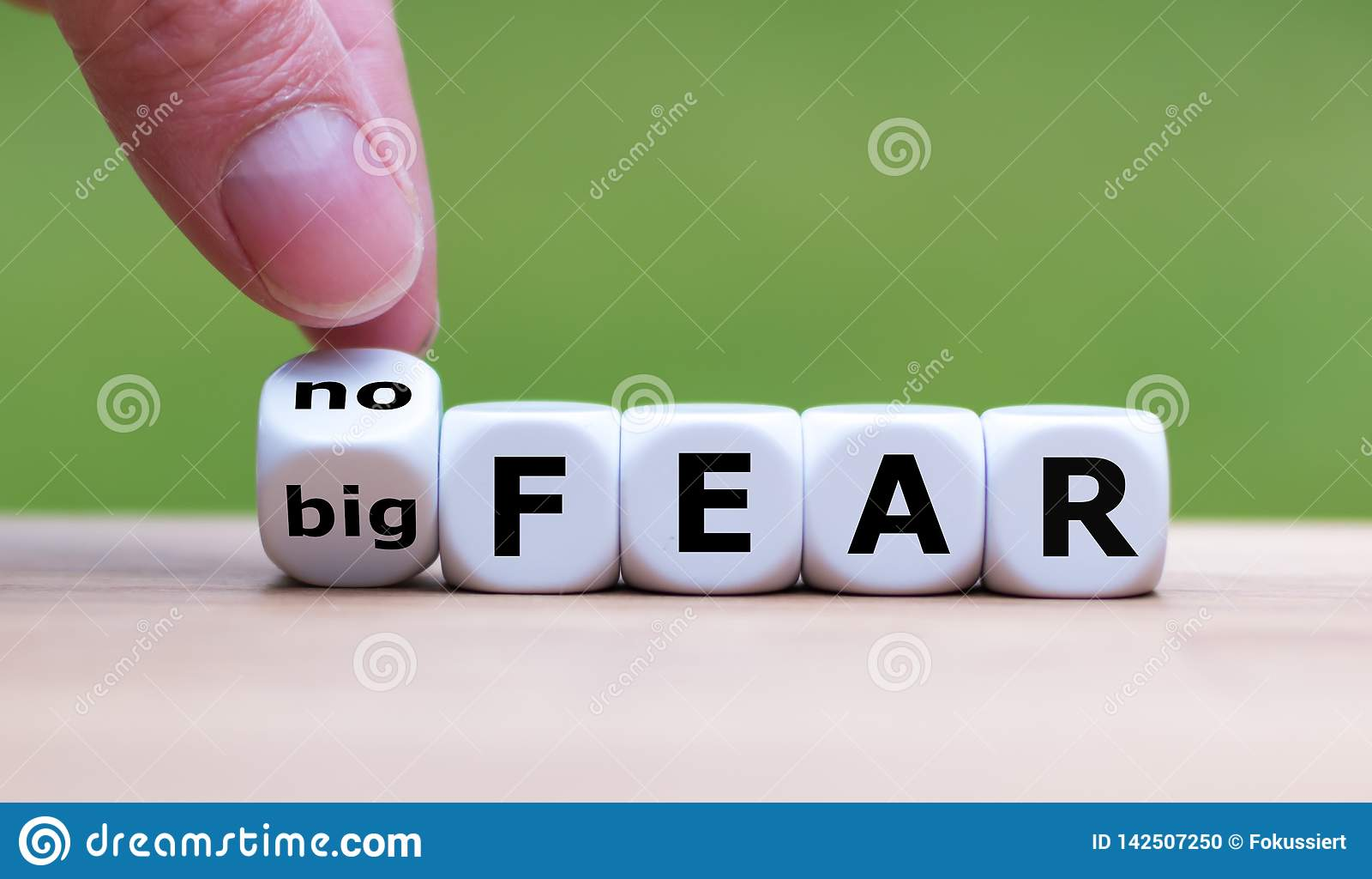 """La main tourne une matrice et change l expression """"grande crainte """"en """"aucune crainte """""""