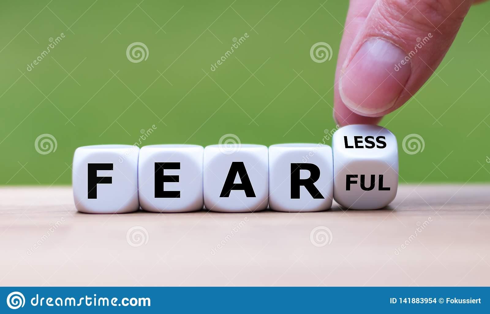 """La main tourne une matrice et change l expression """"craintive """"en """"courageux """""""