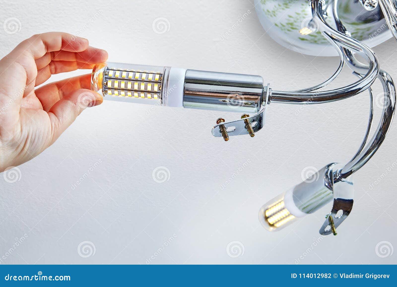 Visse Maïs Dans L'éclairage De Main Lampe Plafond La Led Yfvg6bI7y