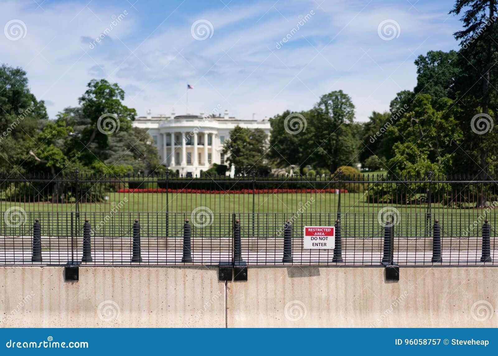 La Maison Blanche avec le cordon augmenté de sécurité et foyer sur le signe restreint