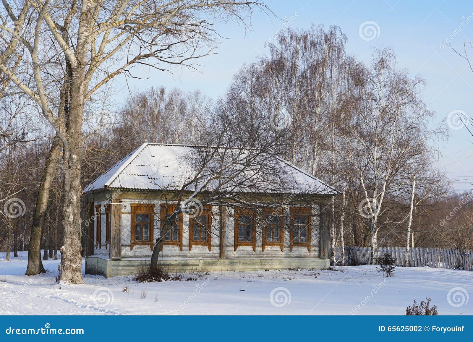La maison dans le village russe NIZHNE ABLYAZOVO en hiver à Penza