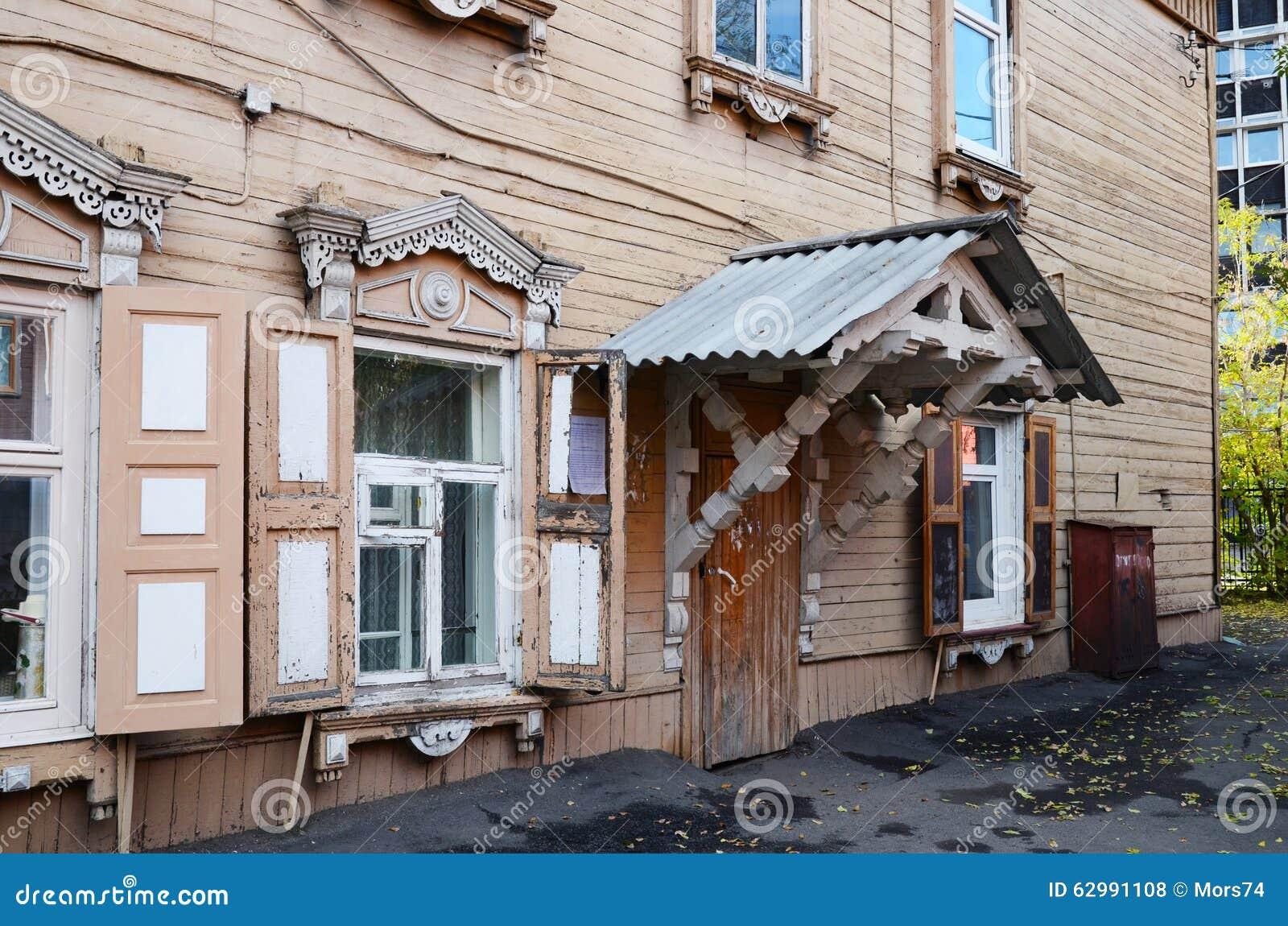 Le Porche De La Maison la maison en bois à deux étages avec le porche et la fenêtre