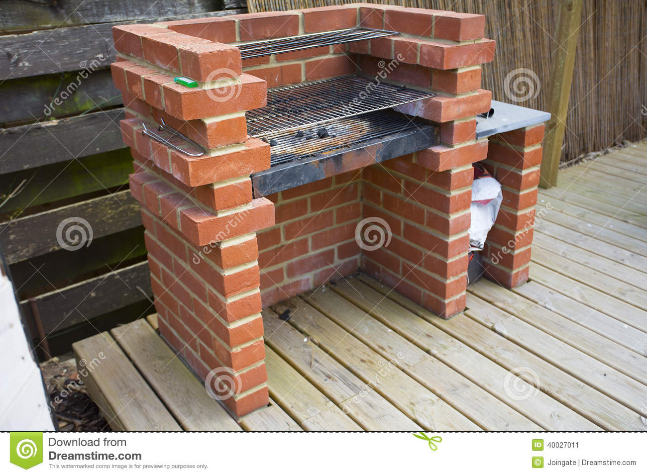 la maison faite a construit le barbecue de brique photo