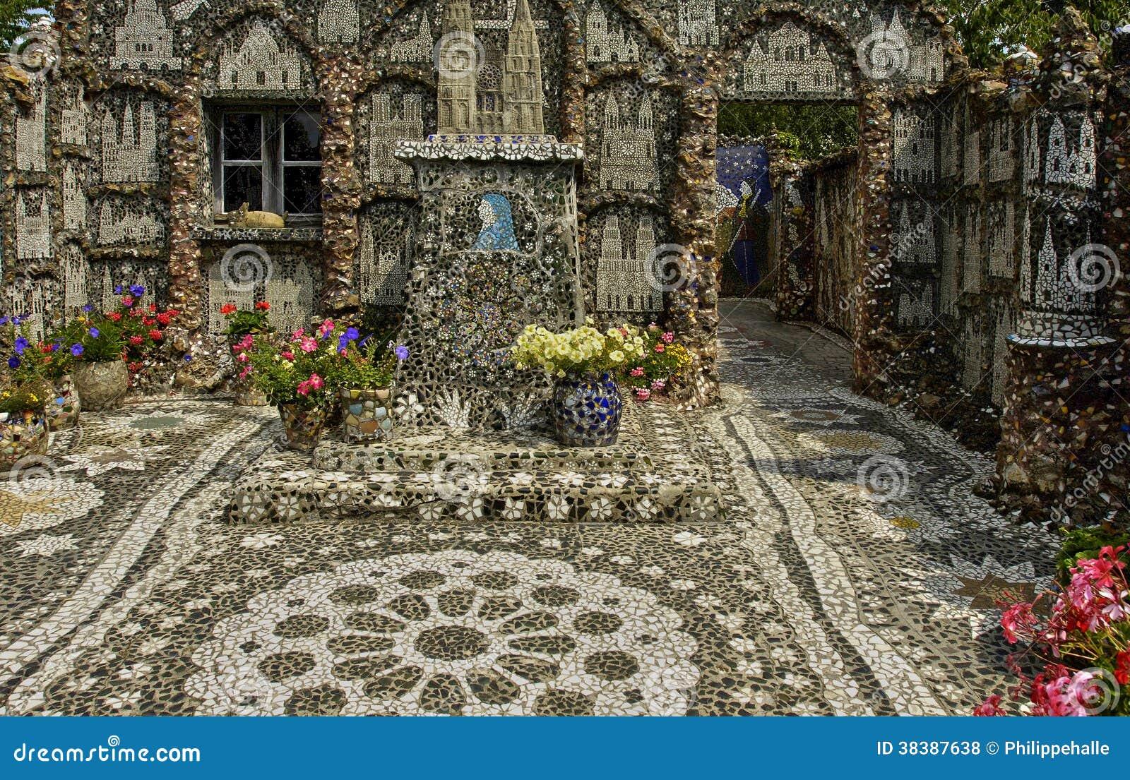 La maison picassiette une vieille mosa que de poterie de for Comment coller de la mosaique