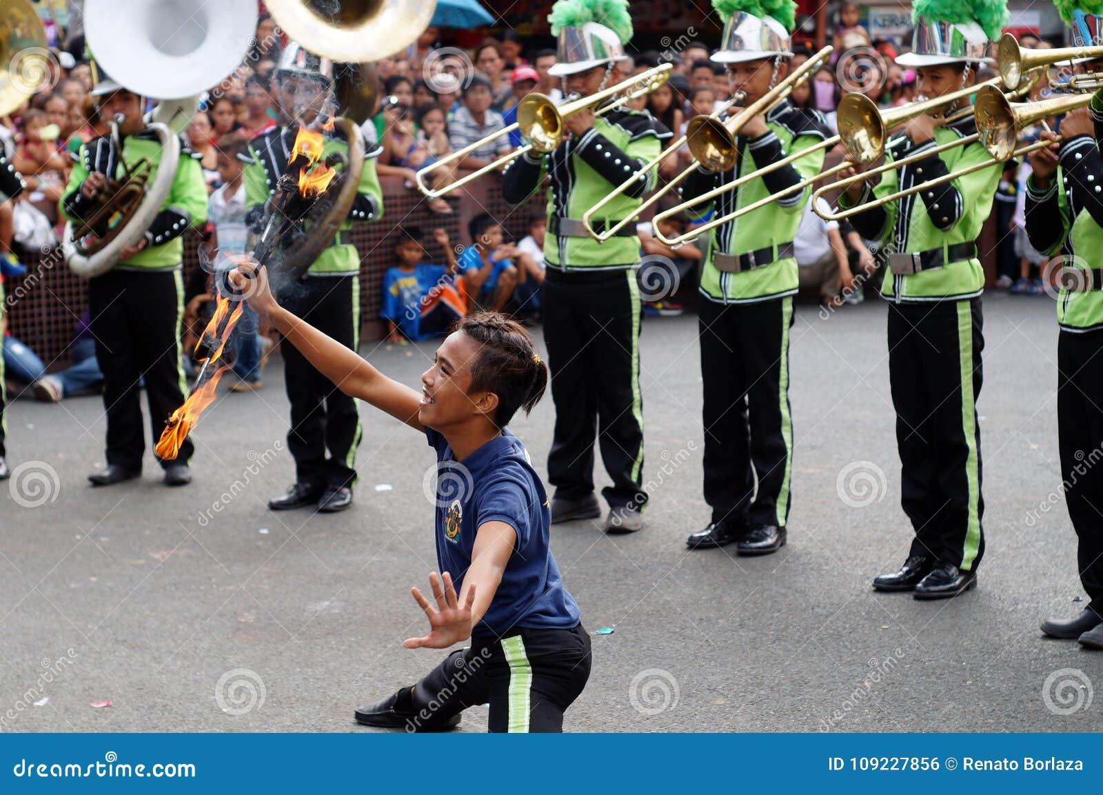 La majorette masculine de bande exécutent de diverses qualifications pendant l exposition annuelle de bande en laiton