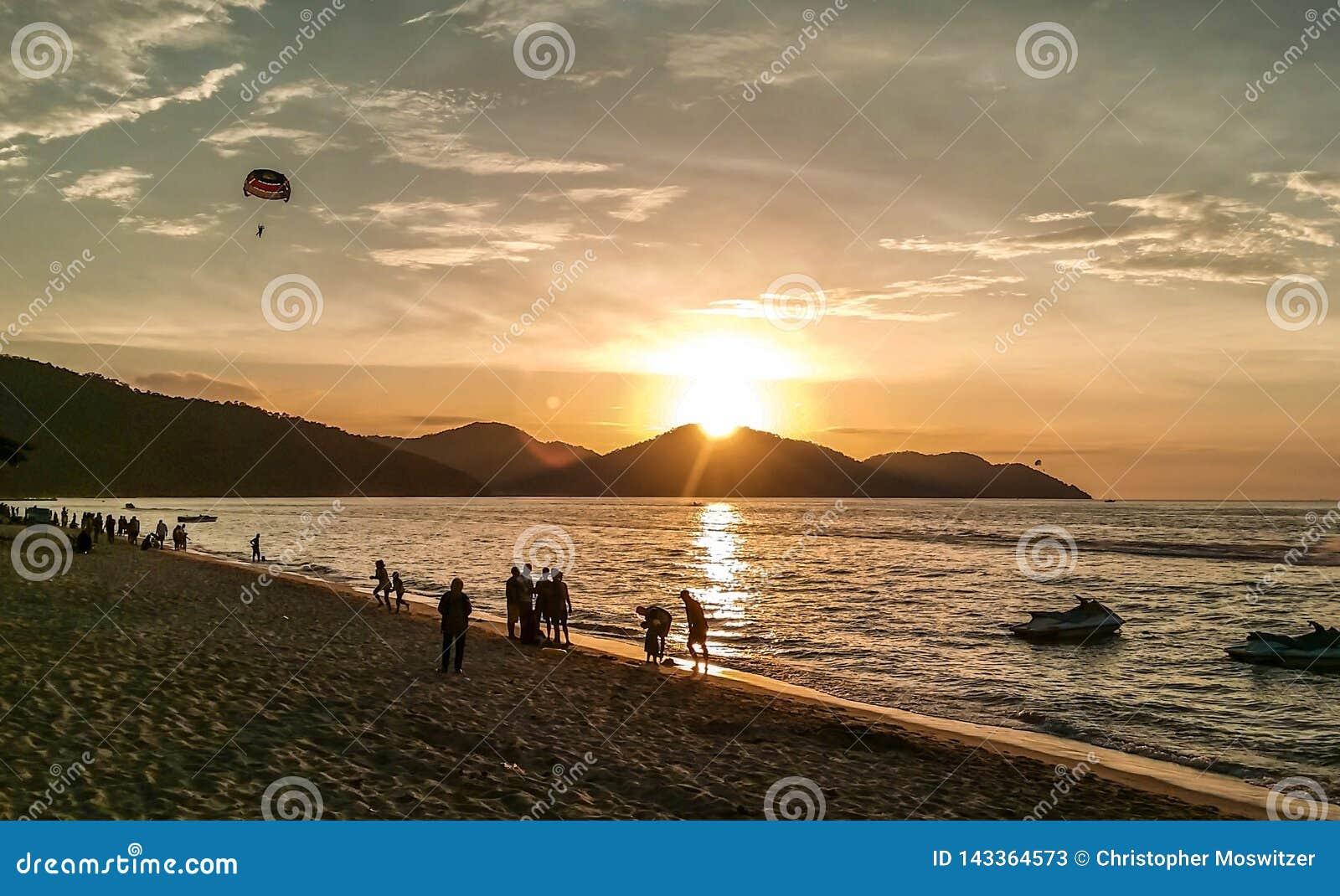 La Malaisie - coucher du soleil sur la plage de bora de bora