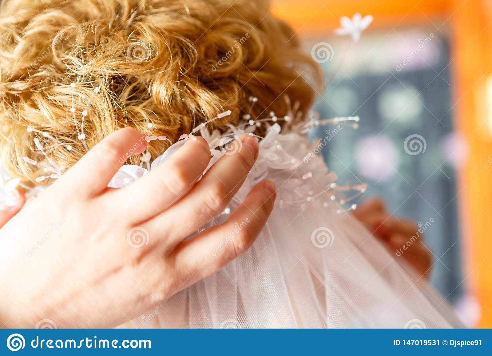 La mamá lleva el velo de novia de la hija