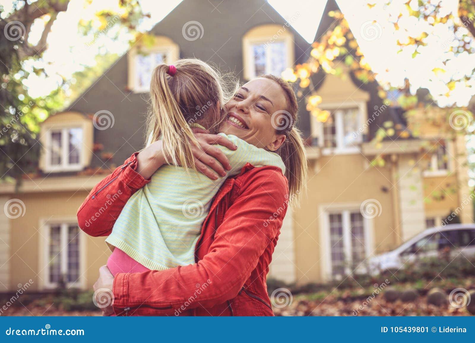 La mamá me da un abrazo