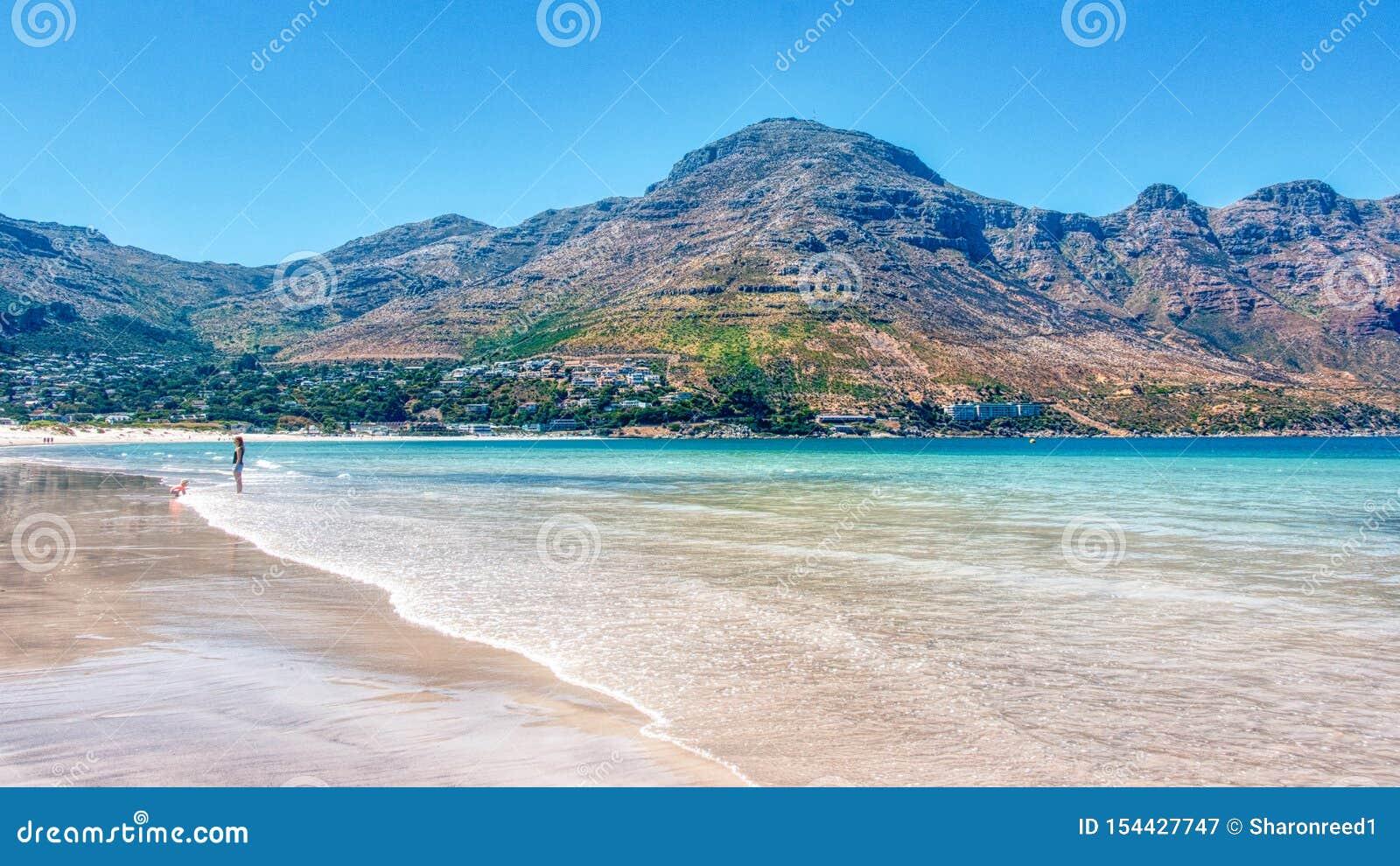 La maman et l enfant apprécient la plage de baie de Hout à Cape Town