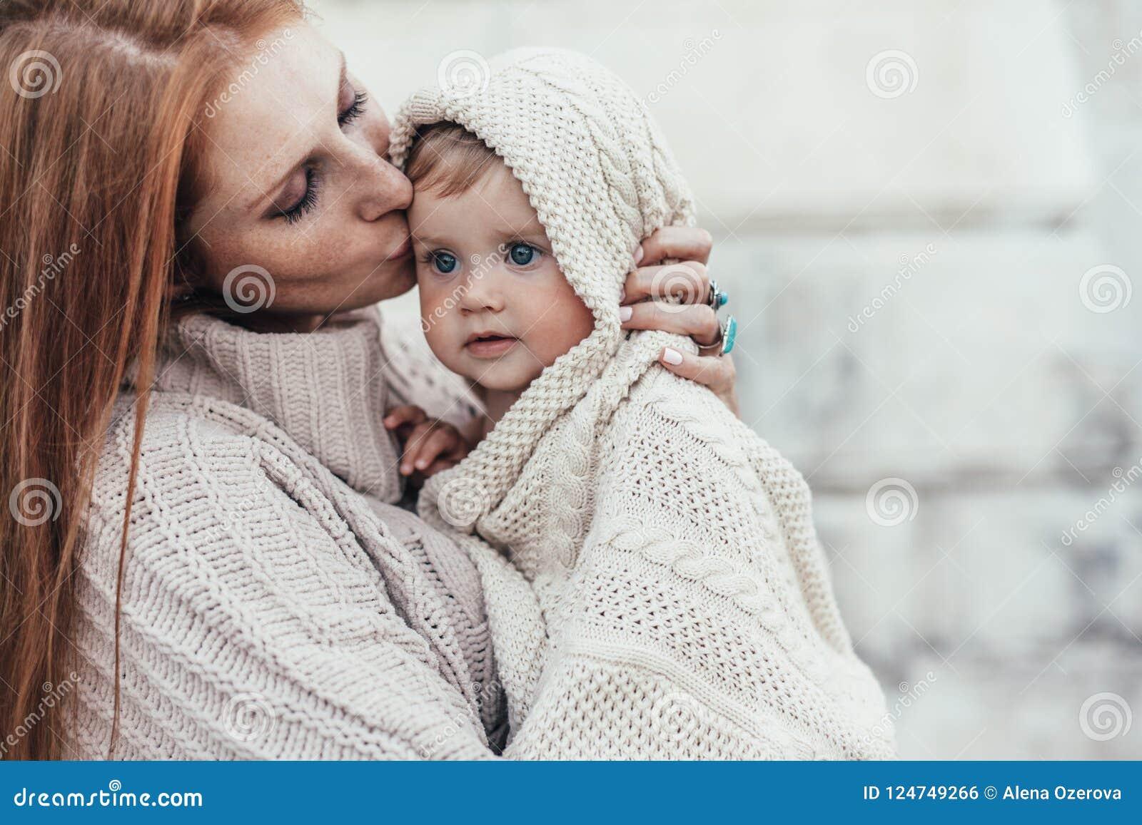 4a003ebde62f3 La maman et le bébé se sont habillés dans l habillement tricoté par hiver  chaud