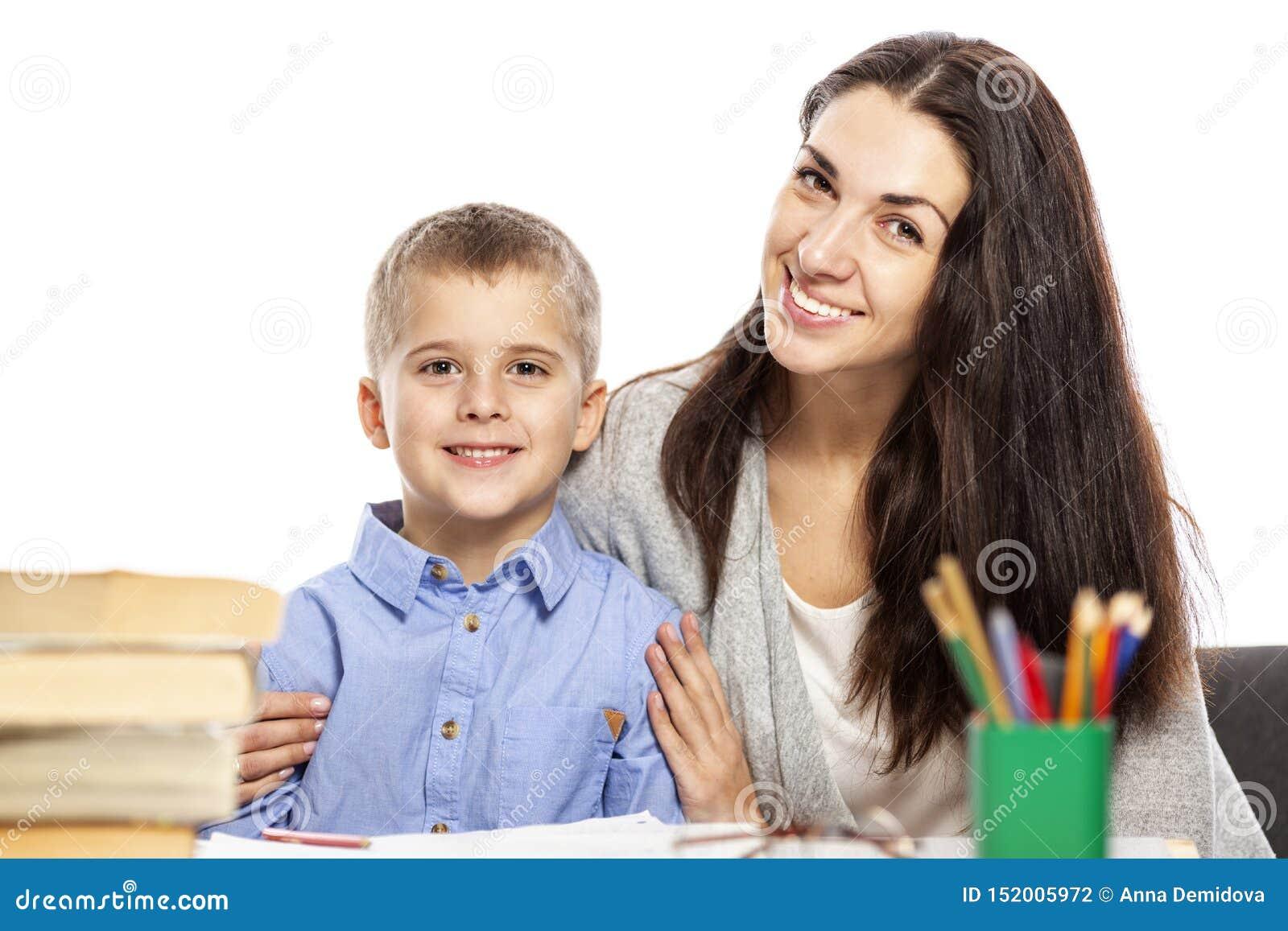 La maman et le fils sont souriants et étreignants tout en faisant leur travail Amour et tendresse Fond blanc