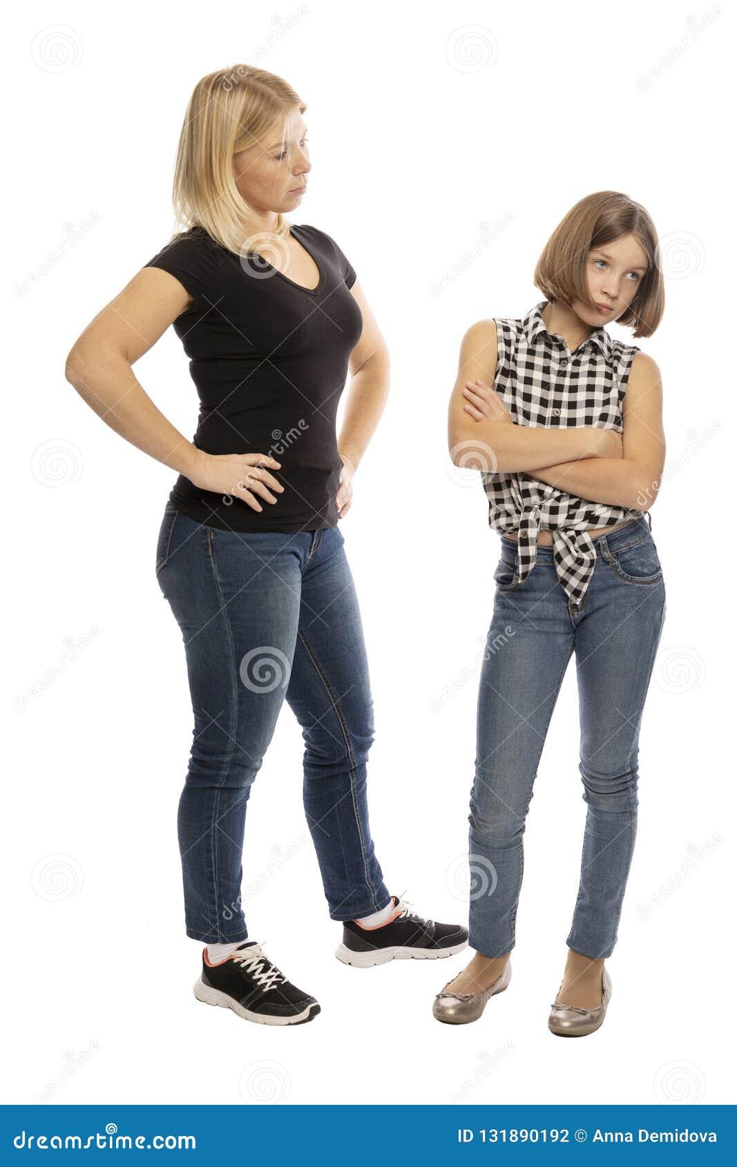 La maman gronde la fille de l adolescence, criant, le fond blanc