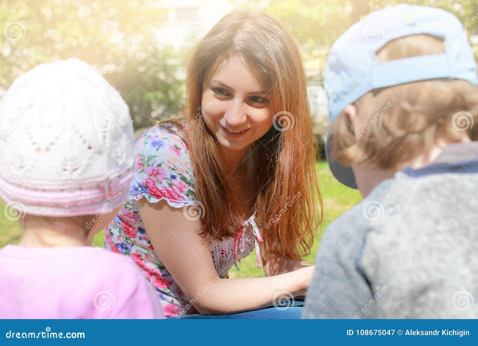 La maman parle aux jumeaux d enfants et leur enseigne comment agir