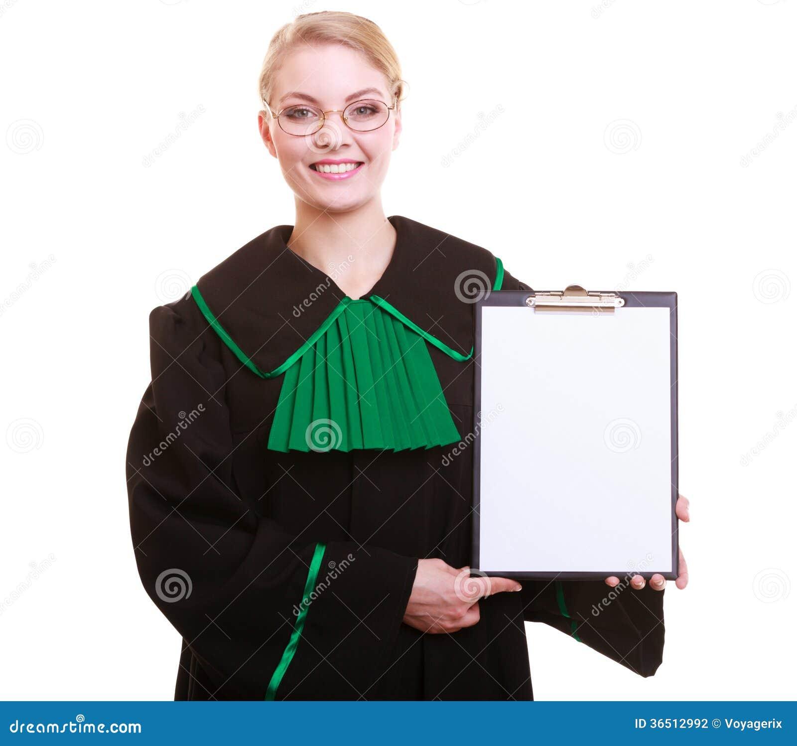 La mandataire d avocate de femme dans la robe de poli de classique tient le signe vide de presse-papiers