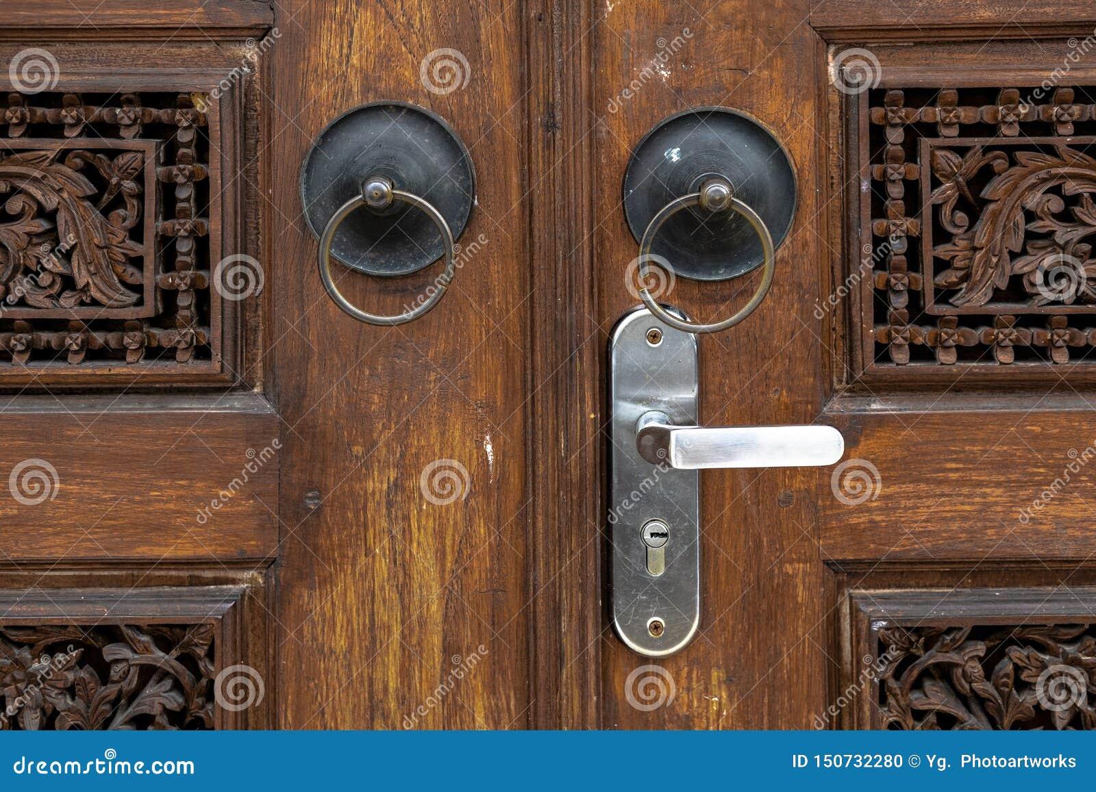 La maniglia di porta a sezione circolare antica a Gebyok