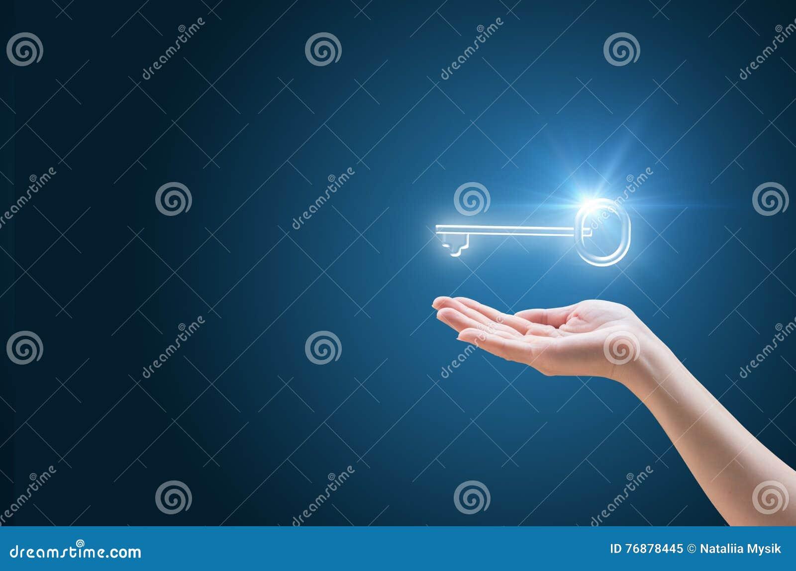 La mano apoya la llave al éxito en negocio