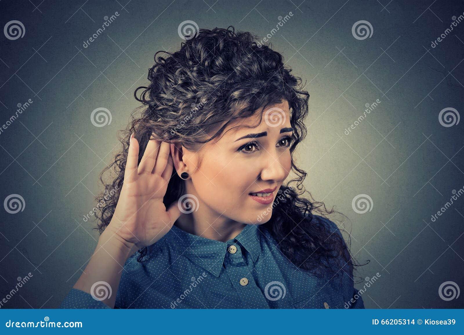 La Mano Curiosa Della Donna Al Gesto Dell'orecchio Ascolta ...