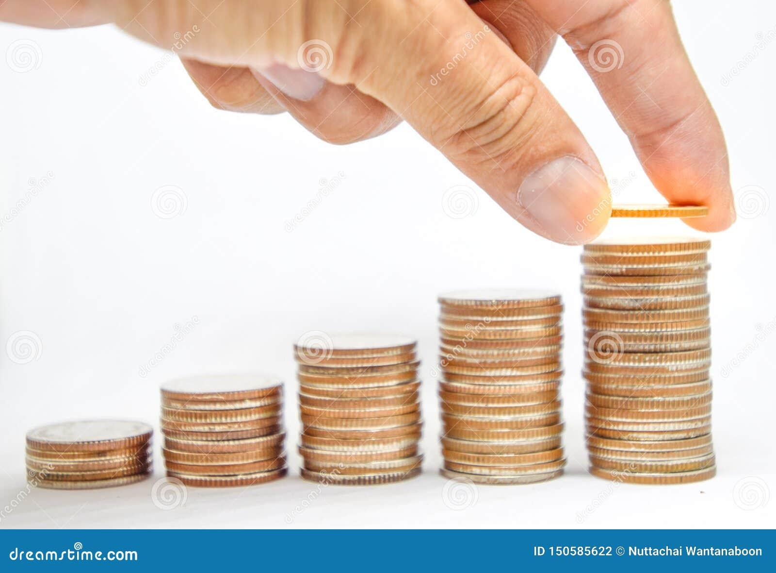 La mano de la gente puso monedas para apilar de las monedas, inversión de planificadores financieros, el salto de la inversión, a