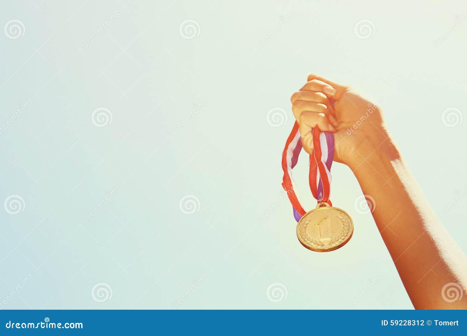 Download La Mano De La Mujer Aumentó, Sosteniendo La Medalla De Oro Contra El Cielo Concepto Del Premio Y De La Victoria Foto de archivo - Imagen de primero, atleta: 59228312