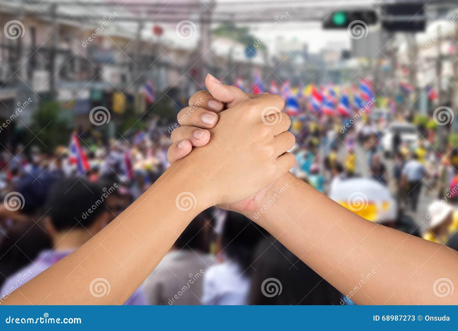 La mano de los hombres se une a junta