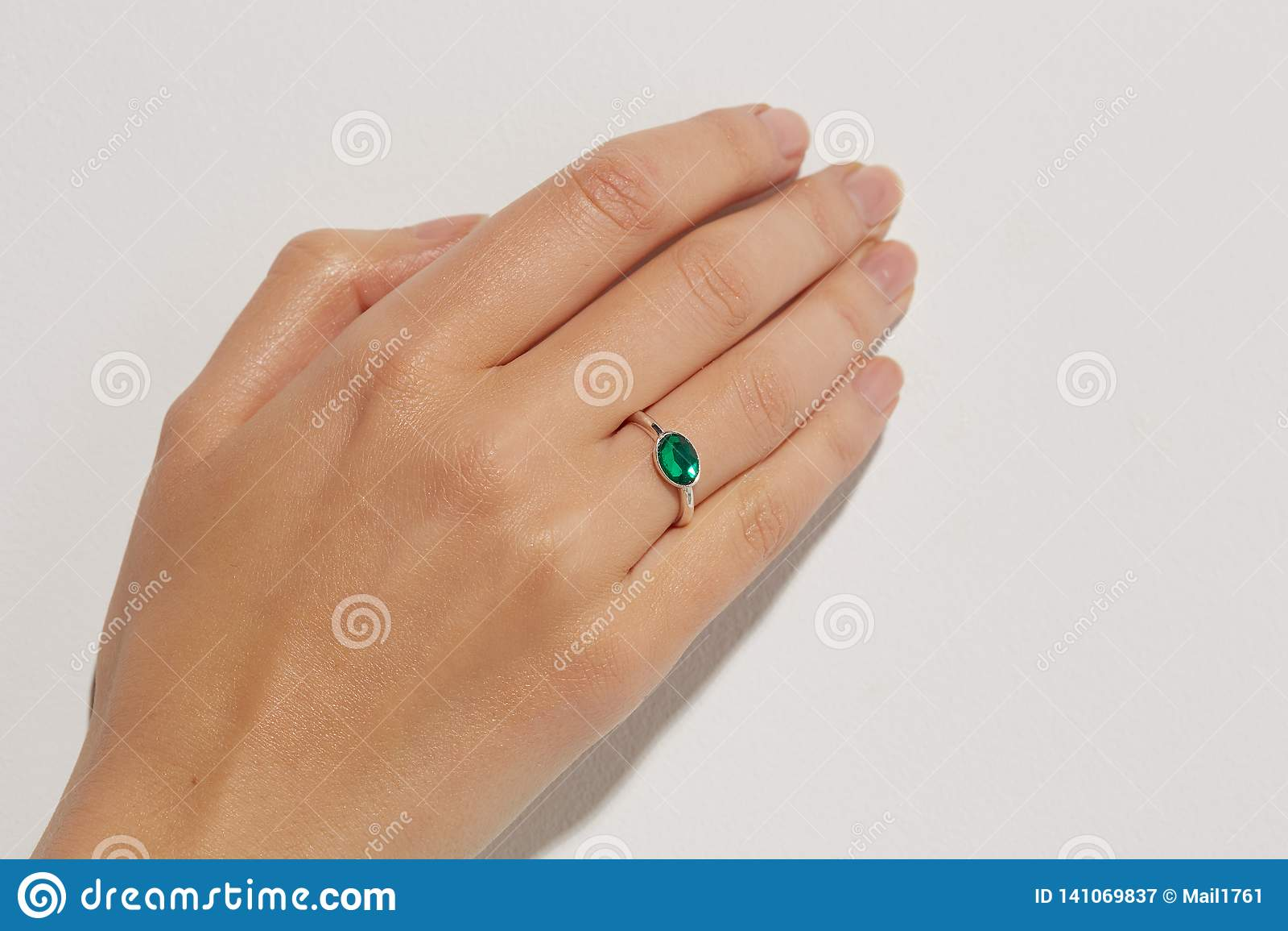 La mano de una mujer con un anillo