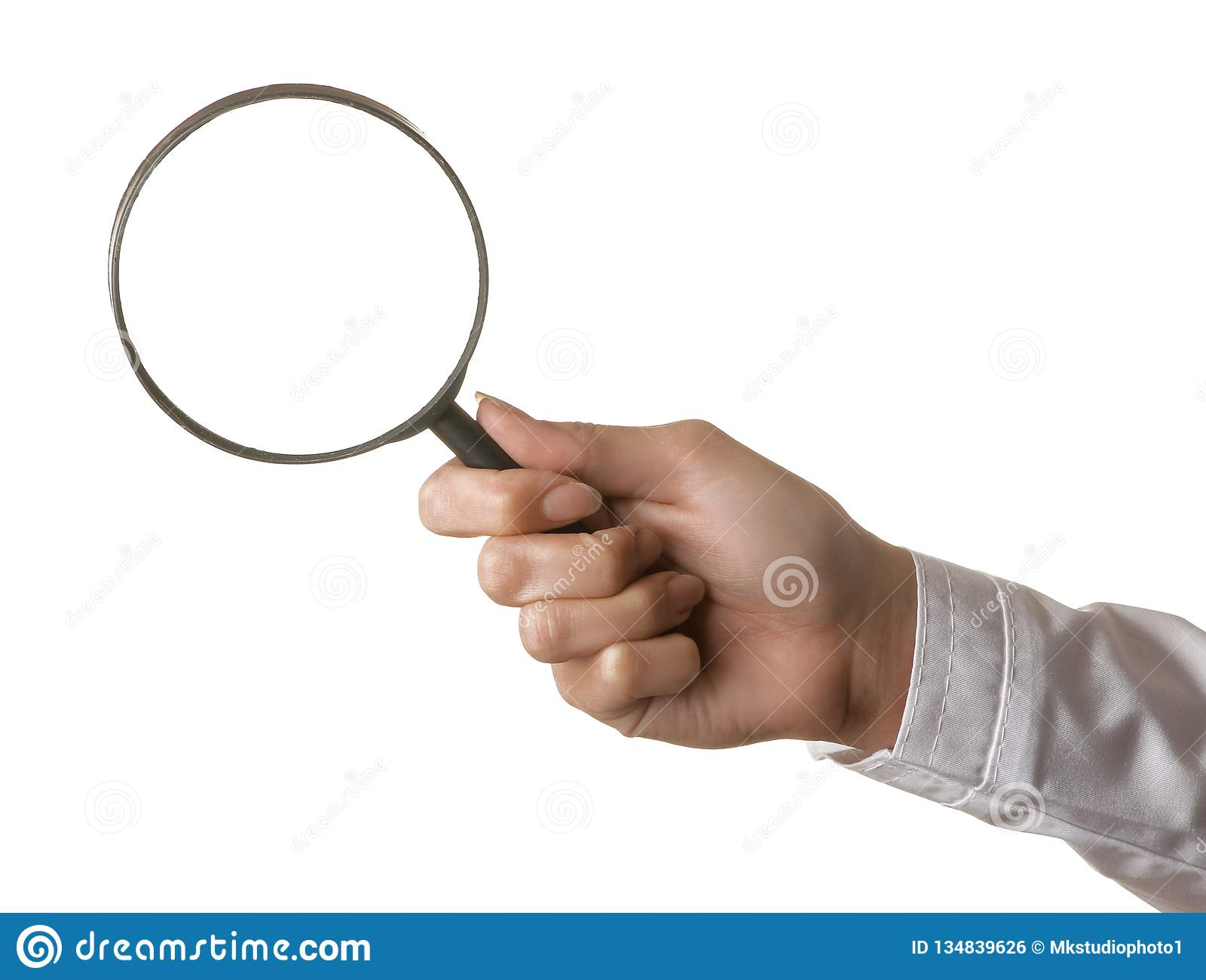 La mano del doctor de la mujer está sosteniendo una lupa en un fondo aislado blanco Gestos de mano