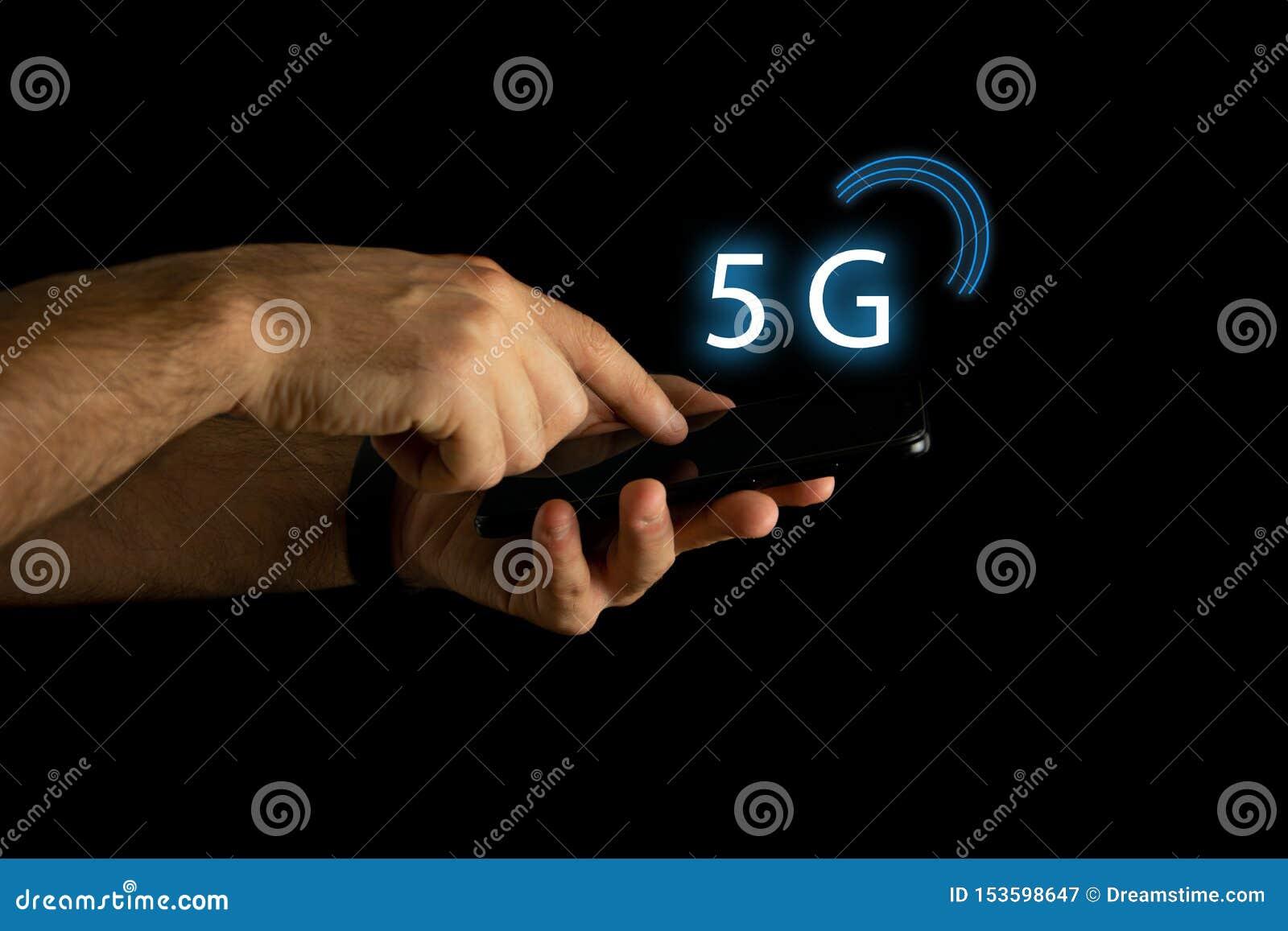 La mano del hombre con diseño conceptual en la nueva conexión 5G