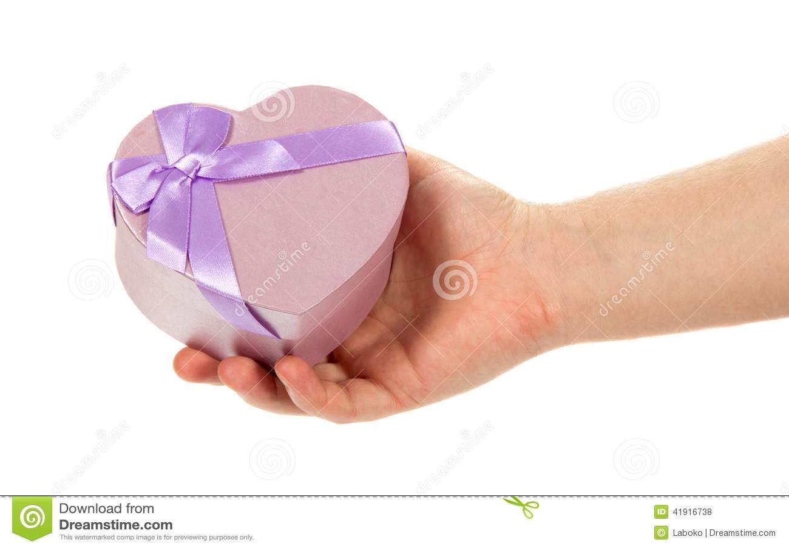La mano del hombre con la caja de regalo un corazón