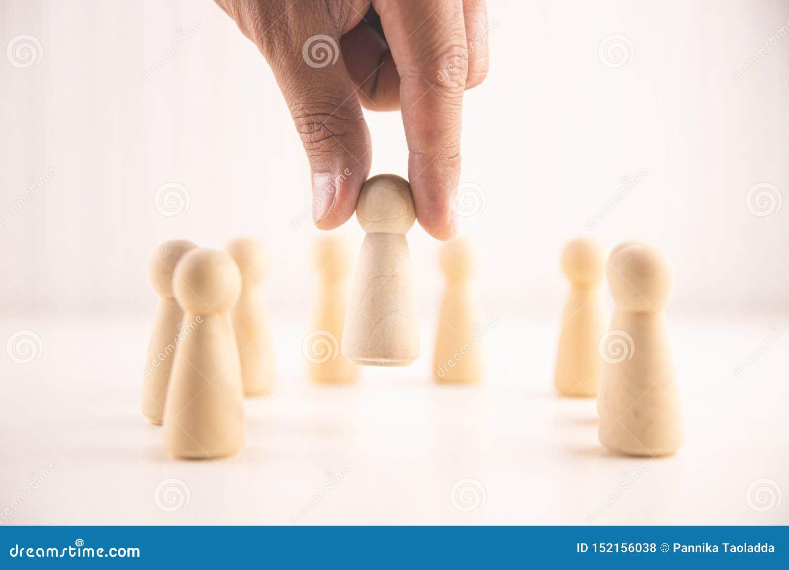 La mano del hombre de negocios elige a la gente que se coloca hacia fuera de la muchedumbre Recurso humano, gestión del talento,