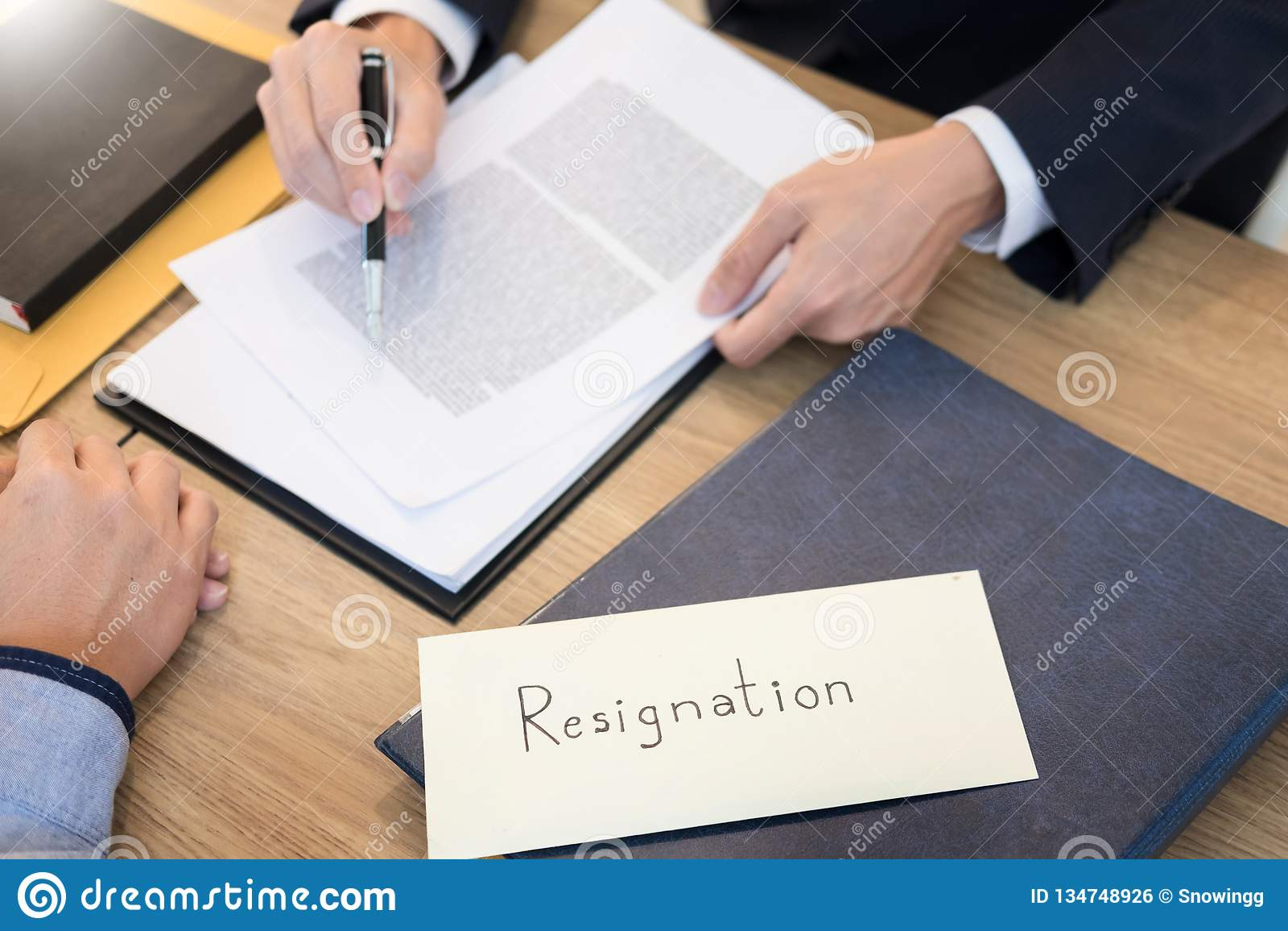 La mano del hombre de negocios que enviaba una carta de dimisión al trabajador despedido el jefe ejecutivo abandonó hacia fuera d
