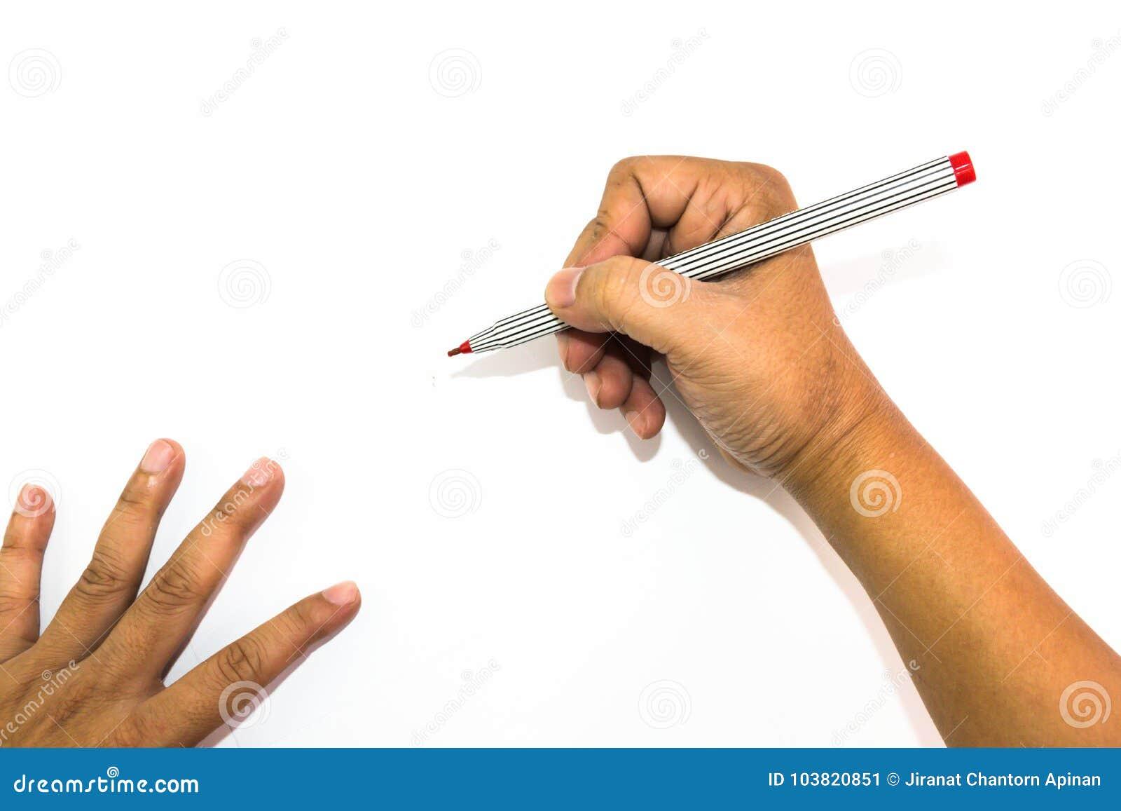 La mano del hombre está dibujando con el rotulador rojo