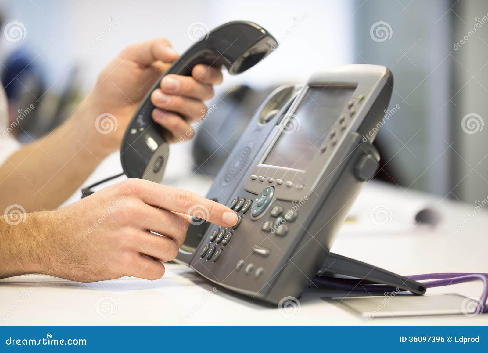 La mano del hombre est marcando un n mero de tel fono for Telefono de la oficina